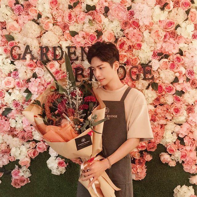 엄마와 #가든브릿지 에서 함께 만든 #초대형꽃다발 🌸🌺🌼 만드는동안 엄마가 너무 행복해해서 나도 너무 행복했다 ☺️ 더이상 엄마가 안아팠으면 좋겠다  #가로수길 #가든브릿지아카데미 #이색데이트 #데이트코스 #데이트코스추천 posted by aura_m_kr
