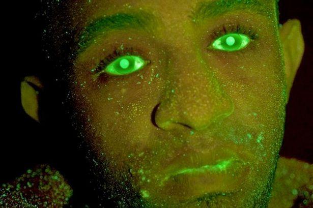 Ladrão de carros é pego após ter rosto esguichado com spray luminoso