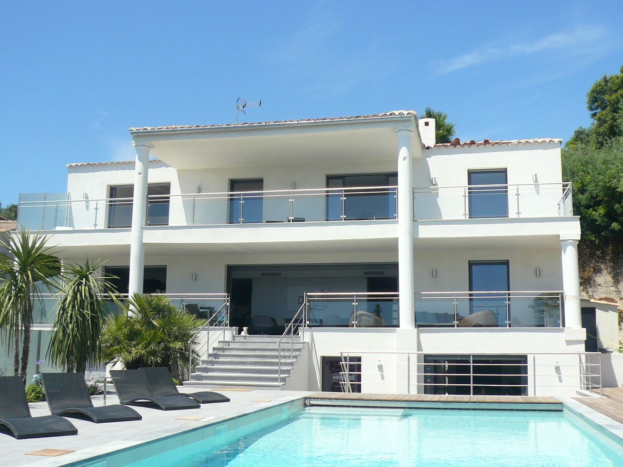 Fachada casa blanca con piscina pool white design for Casa moderna blanca con piscina