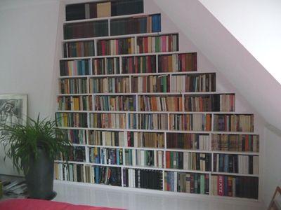 schuine wand kast google zoeken bookcases loft diy wall shelves desk