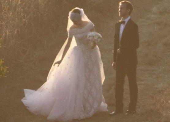 Anne Hathaway se casa usando vestido criado por Valentino - famosos - Gloss