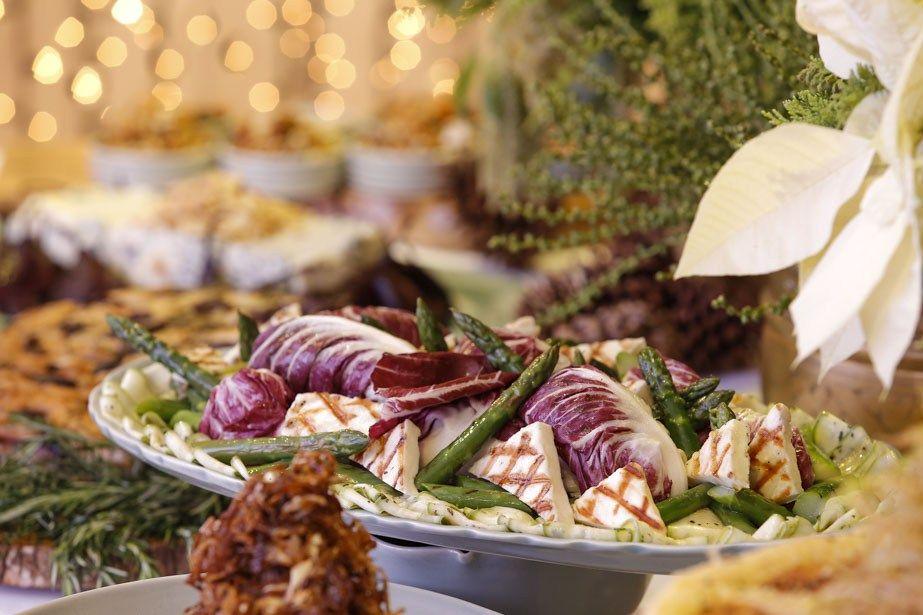 salada de abobrinha, queijo fetta, aspargos e radicchio