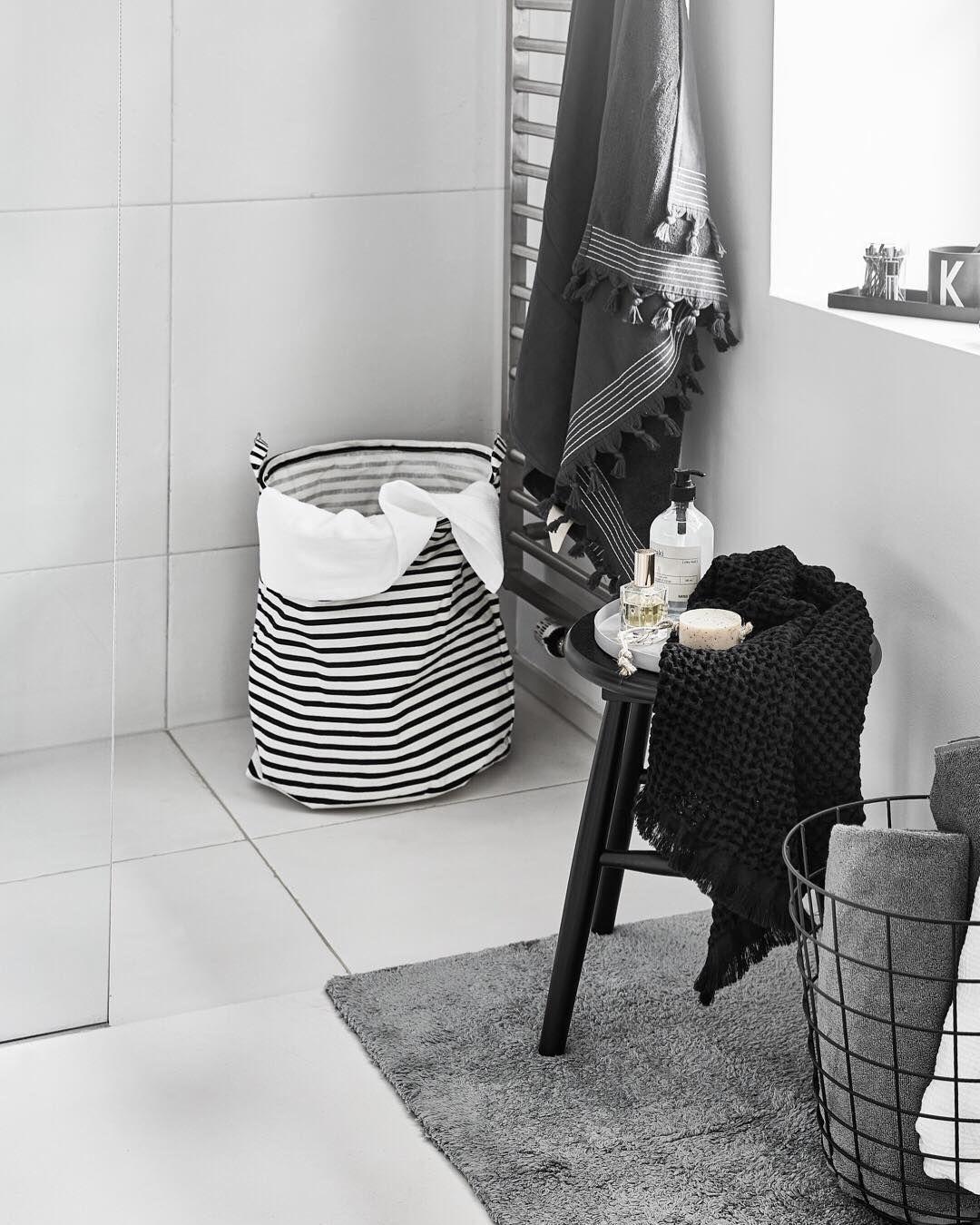 Mega Angesagt Schwarz Weiße Details Im Badezimmer Westwingnow Shopthepost Architektur Innenarchitektur Badezimmer Grau Weiß Zimmereinrichtung