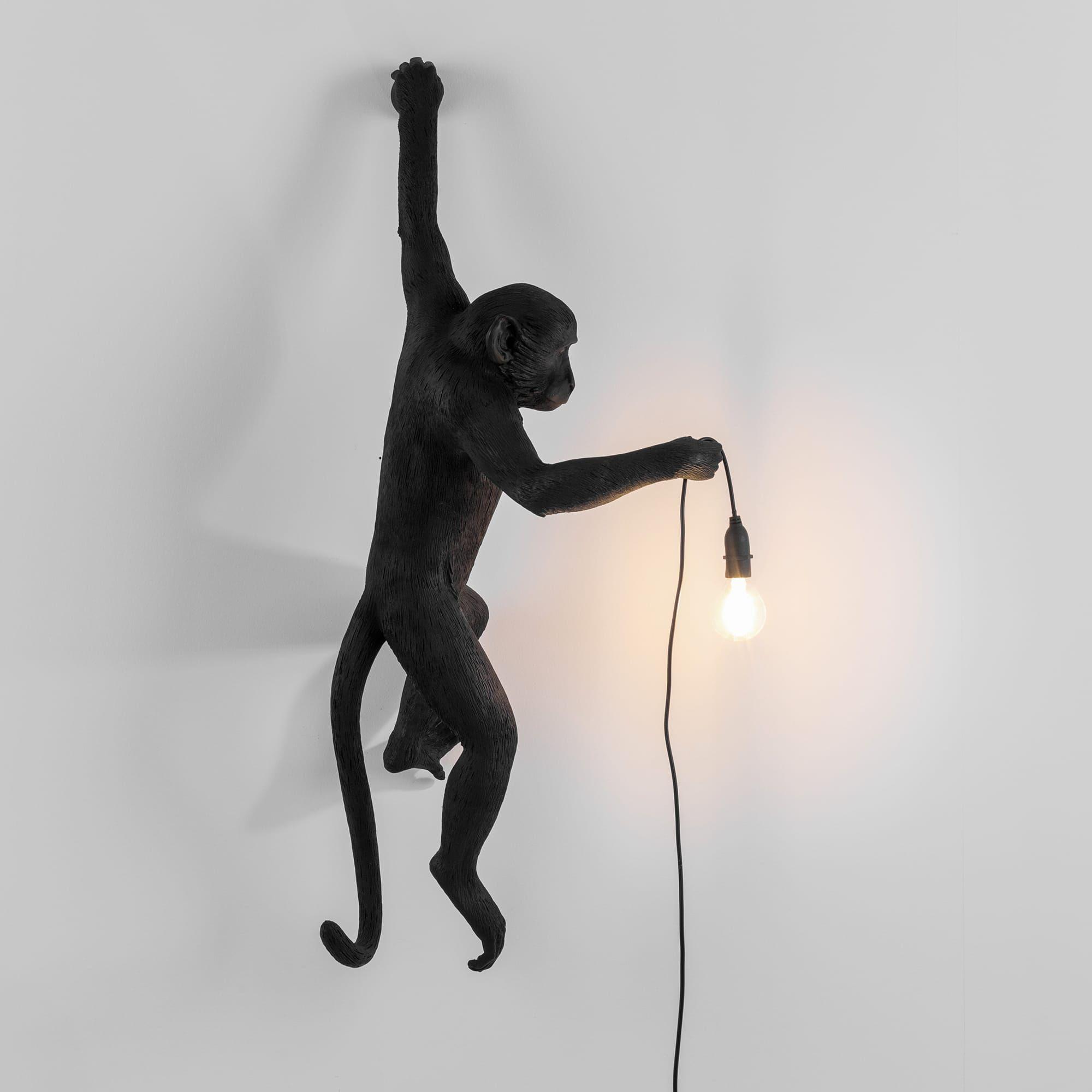 Hanging Monkey van Seletti is een zwartehangende aap met een lamp in zijn hand. Deze lamp bevestig je door een handje aan de muur en in zijn andere handje zit het lamp snoer met een lichtbron.