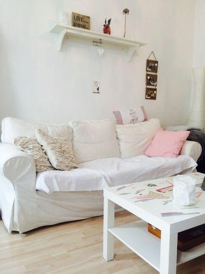 Gemütliches Wohnzimmer in charmanter 2-Zimmer-Altbauwohnung in Aachen.  Weiße Couch mit vielen Kissen sowie ein weißer Couchtisch sorgen für eine gemütliche Atmosphäre. Wohnung in Aachen. #Wohnzimmer #livingroom #couch #Aachen