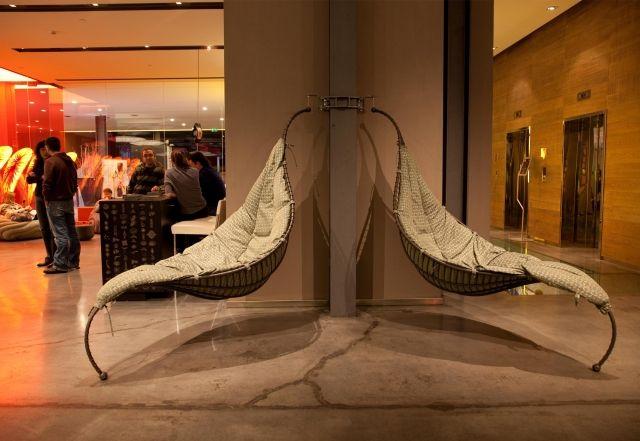 Der Designer-Hängesessel Satala aus Metall balanciert auf einem Fuß - designer hangesessel satala fuss