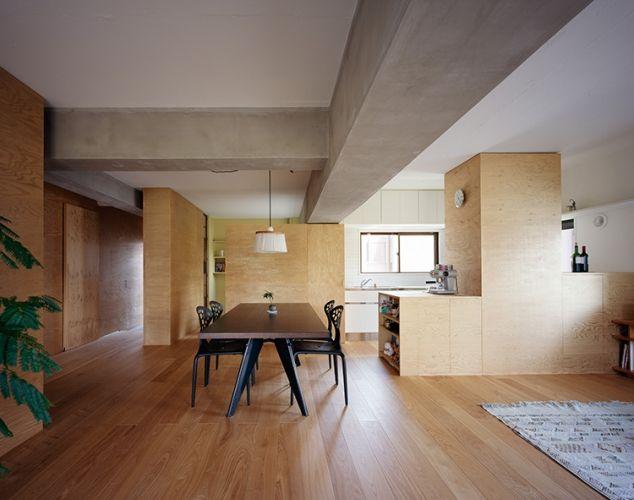 ラワン合板でできた箱状の壁で部屋を仕切る 箱の中は収納になってい