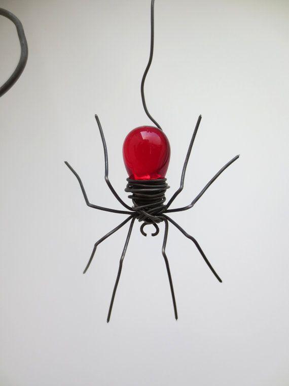 Tschechoslowakische rote Spinne baumelt von 12 Barbed Wire Ecke Spider Web gemacht auf Bestellung #spinnennetzbasteln