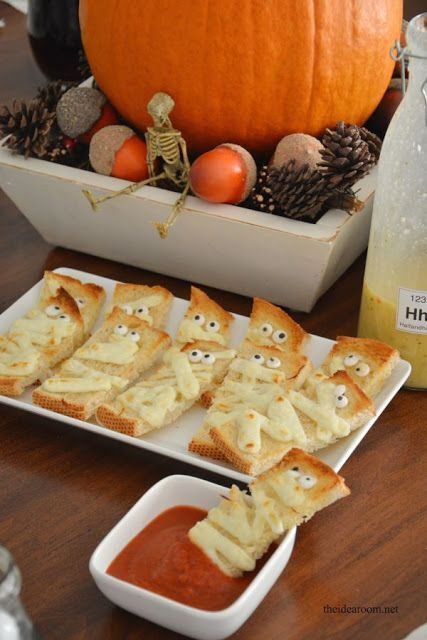 how simple and cute are these garlic mummy bread appetizers? Super - cute halloween treat ideas