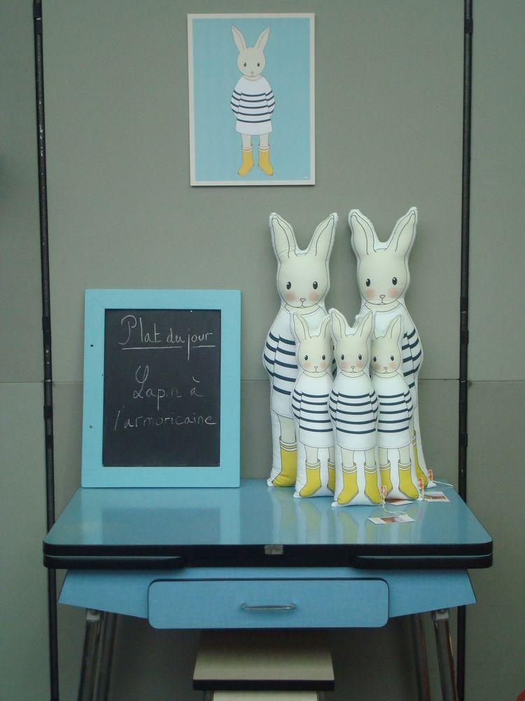 La Petite Madeleine : coussin de décoration Le lapin en marinière.
