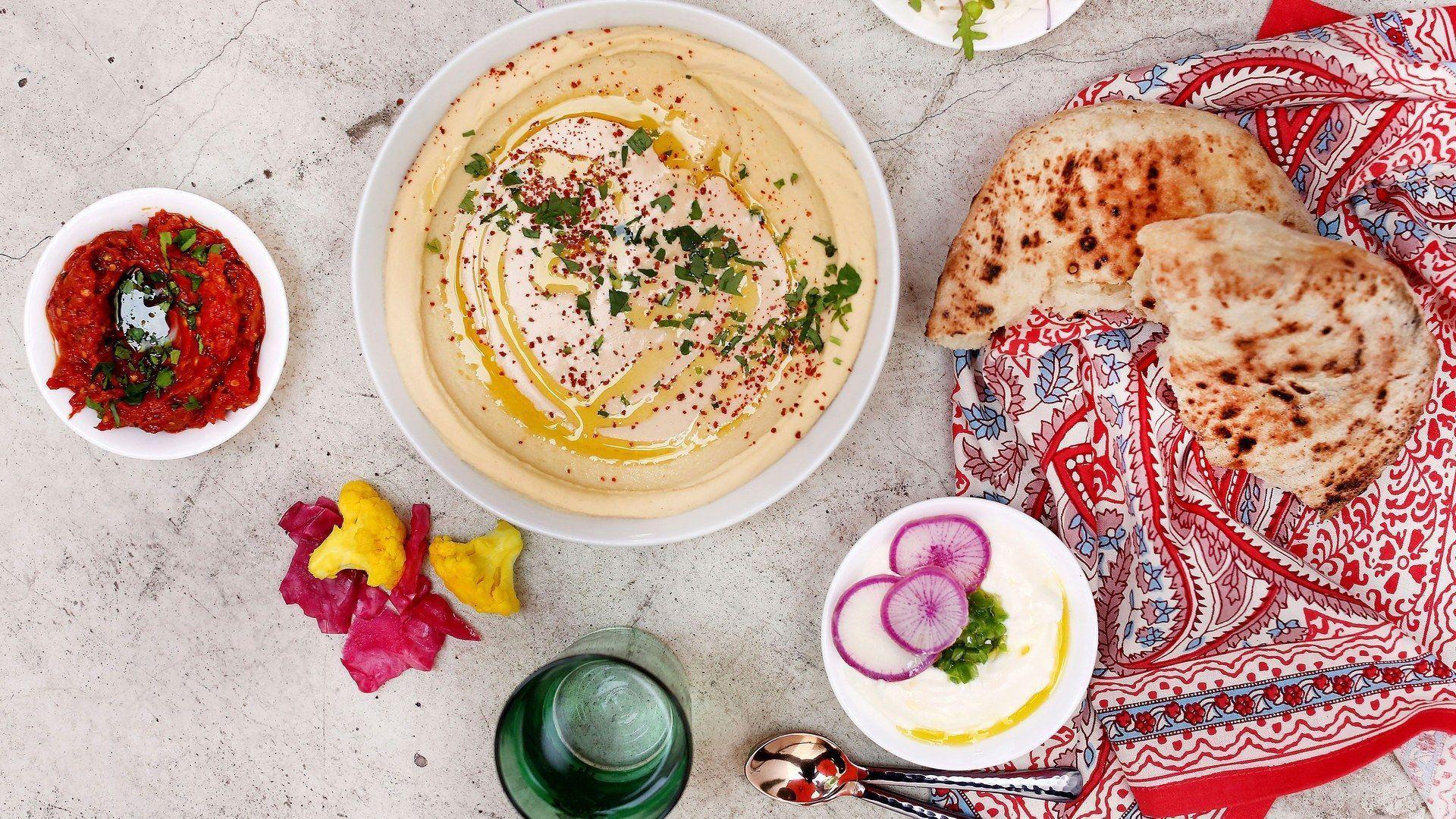 Der Food-Trend des Jahres heißt Levante-Küche #levanteküche LEVANTE KÜCHE Mindestens genauso wichtig wie die Zubereitung der Gerichte ist die Art, wie die Gerichte gegessen werden. Denn ähnlich wie in Spanien die Tapas wird auch das Essen aus dem Nahen Osten in vielen kleinen Schüsseln als Mezze serviert, denn in der arabischen Esskultur hat das gemeinsame Essen einen besonderen Stellenwert, weshalb die verschiedenen Gerichte auf dem Tisch verteilt werden, damit jeder von allem probieren k #levanteküche