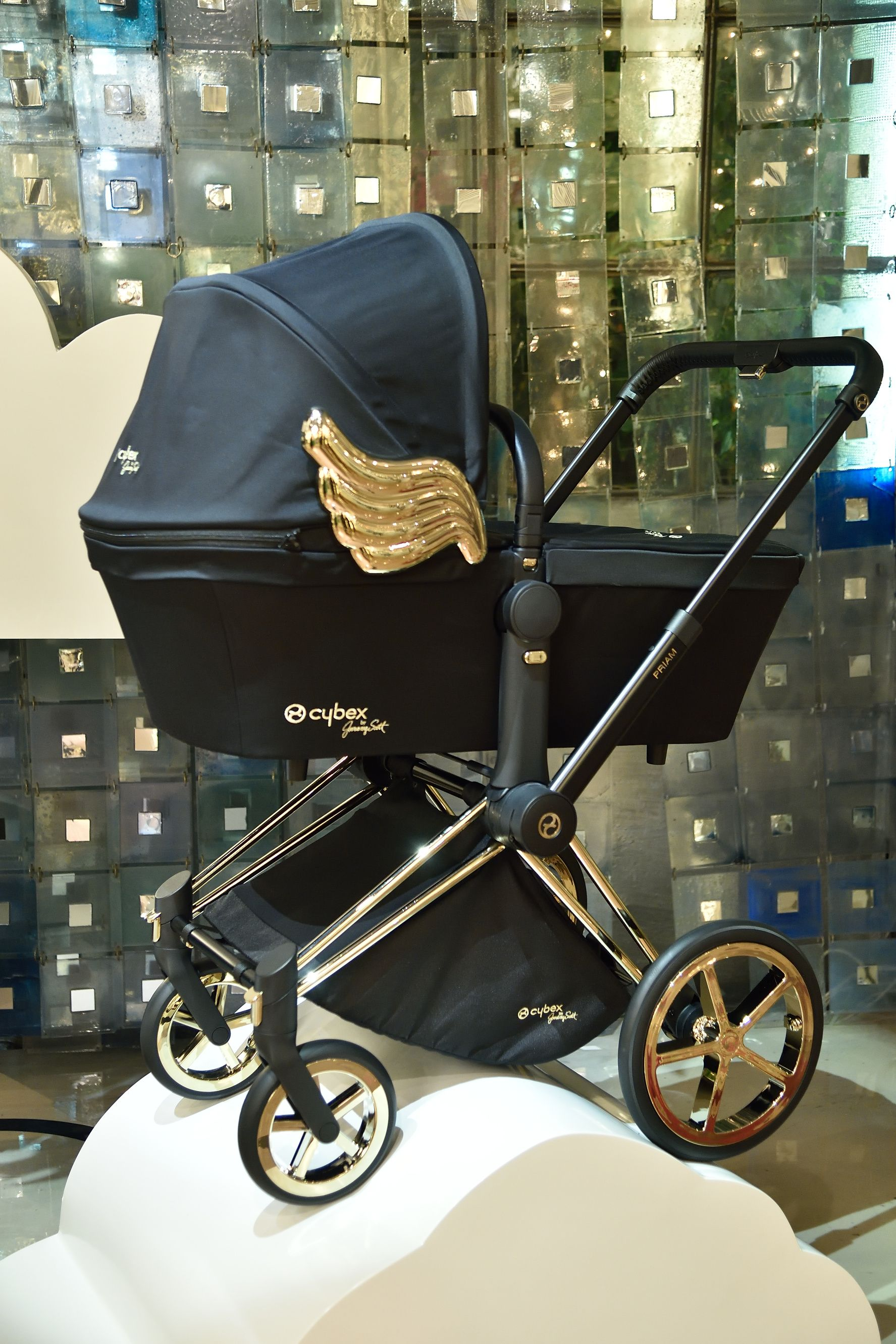 The winged PRIAM Carry Cot of the CYBEX by Jeremy Scott