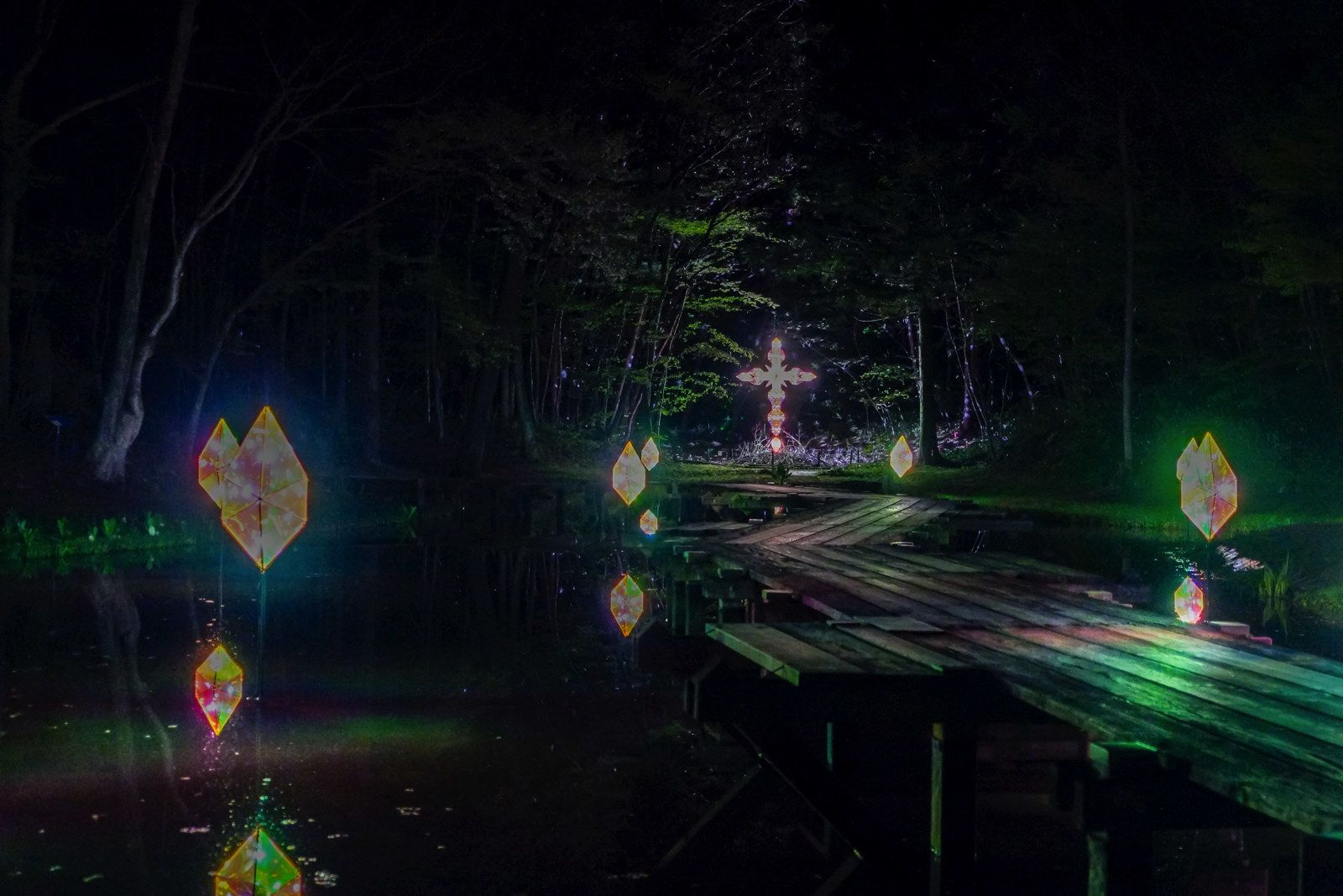 宮沢賢治の世界を光で再現。「童話村の森ライトアップ」が素晴らしい | 世界、村、銀河
