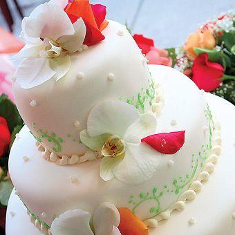 Bolo de casamento branco com flores frescas    Bolo de casamento