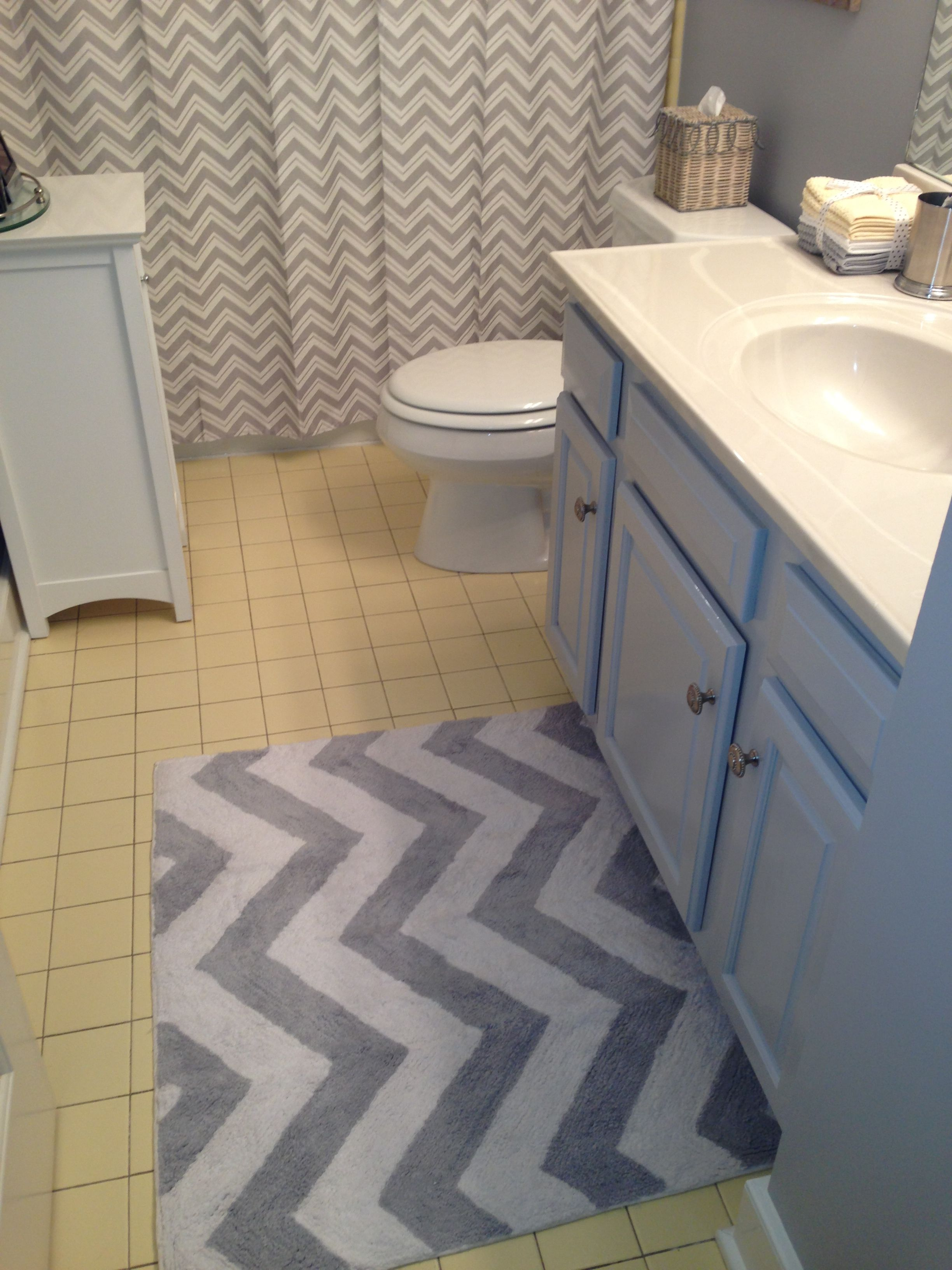 Grey chevron rug and shower curtain to update yellow tile bathroom ...