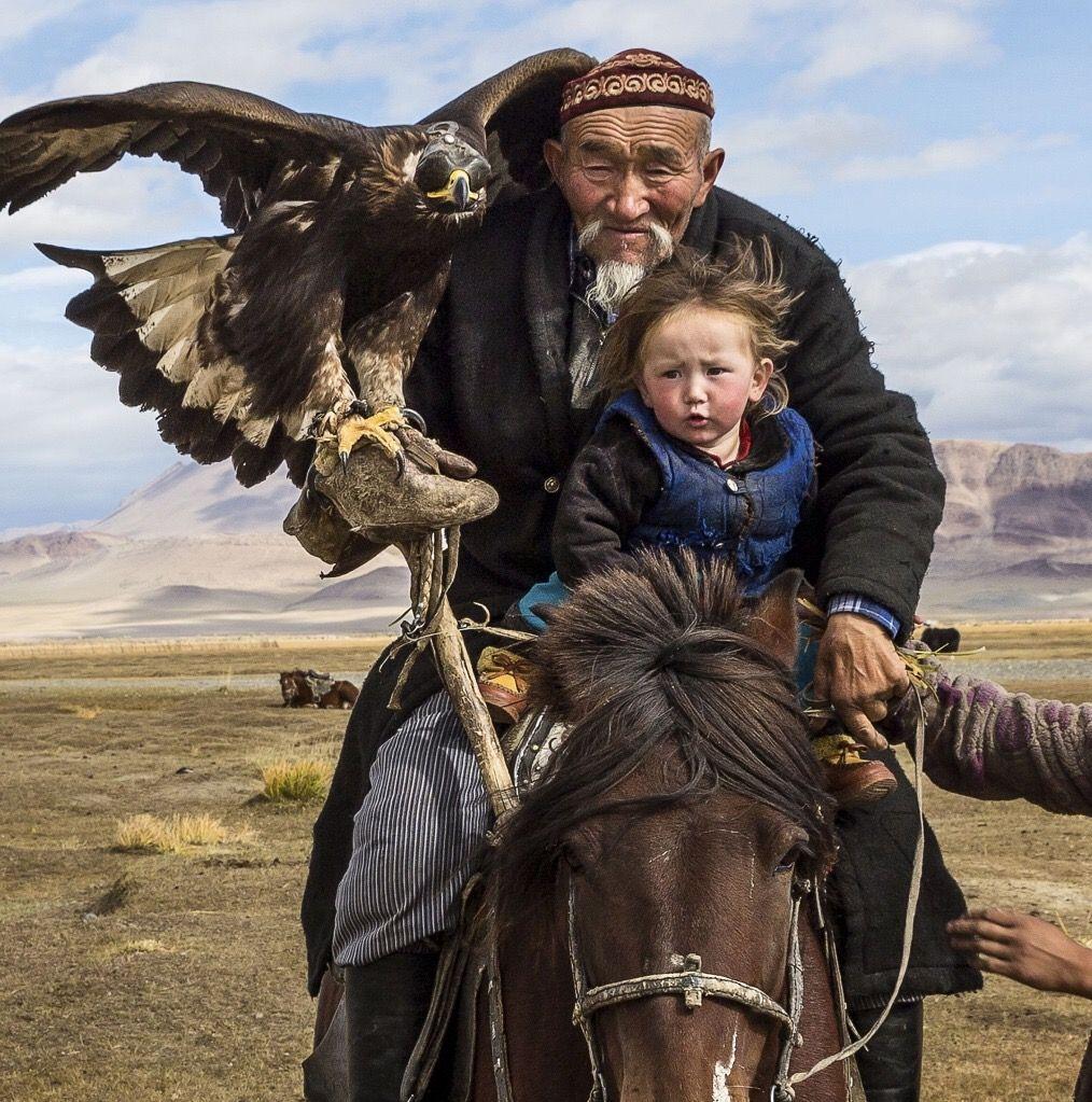 Kyrgyz falconer by Tariq Zaidi Fotografia con animali