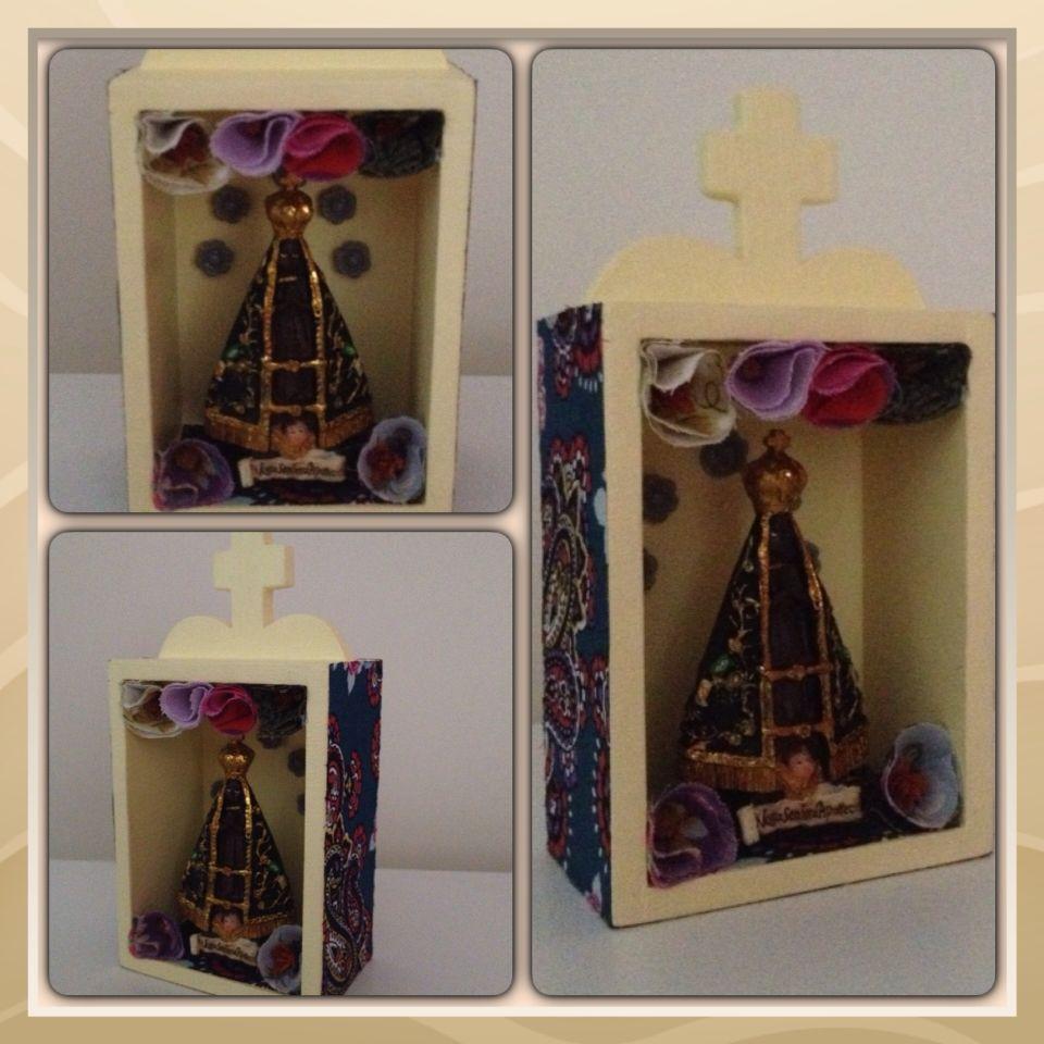 Oratório Nossa Senhora Aparecida - Mdf, tecido adesivo Panoah, apliques com flores de tecido e resina