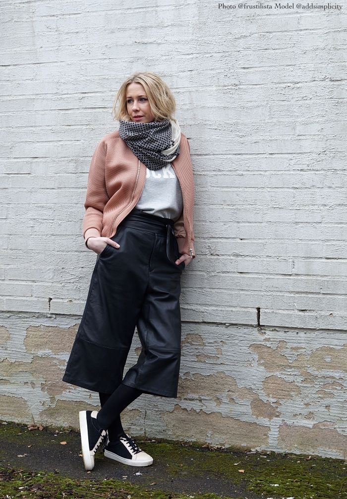 Culottes in leather and a nice pink pale jacket! Love it!