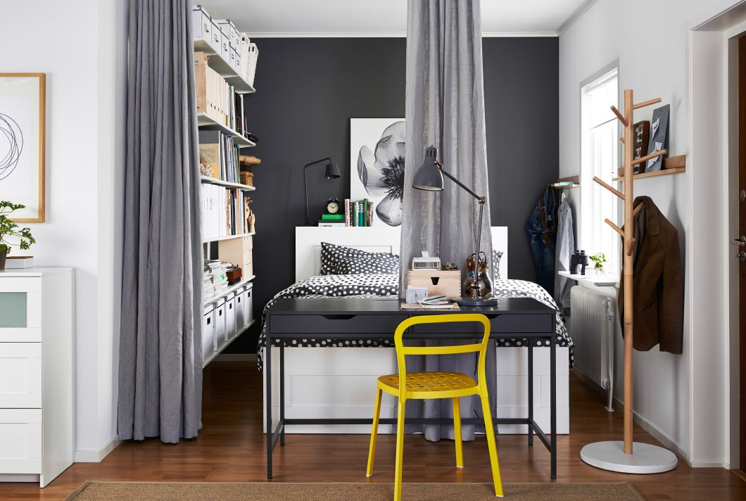 lit double dans une grande alcove avec separateur en textile ikea ouvert