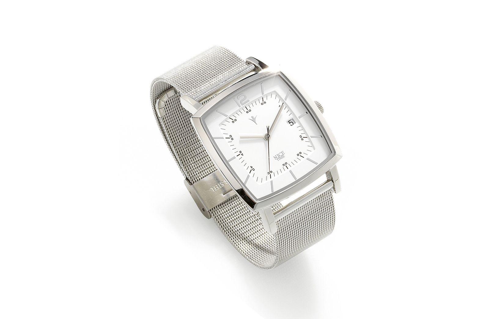 Reloj de elegante diseño y terminado, con cuadrado con