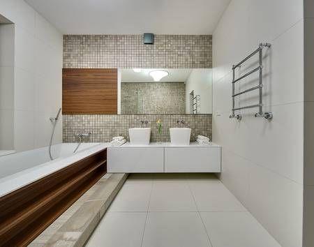 Badkamer Lichte Tegels : Badkamer in een moderne stijl met lichte tegels op de muren en de