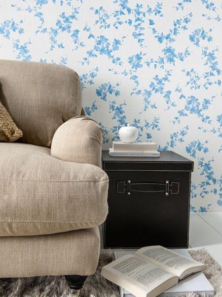 Blaue Blätter ranken sich über diese Wand im Wohnzimmer und sorgen