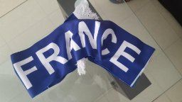 LOPOO FFF Kit de Supporter L'événement Football Europe 2016 UEFA Pratique Kit de Voyage 2 en 1 (Grand) Kit de supporter complet. Composé d'une écharpe, d'une serviette, d'une casquette, d'un drapeau. Par contre pas de sac. Sinon conforme à la description