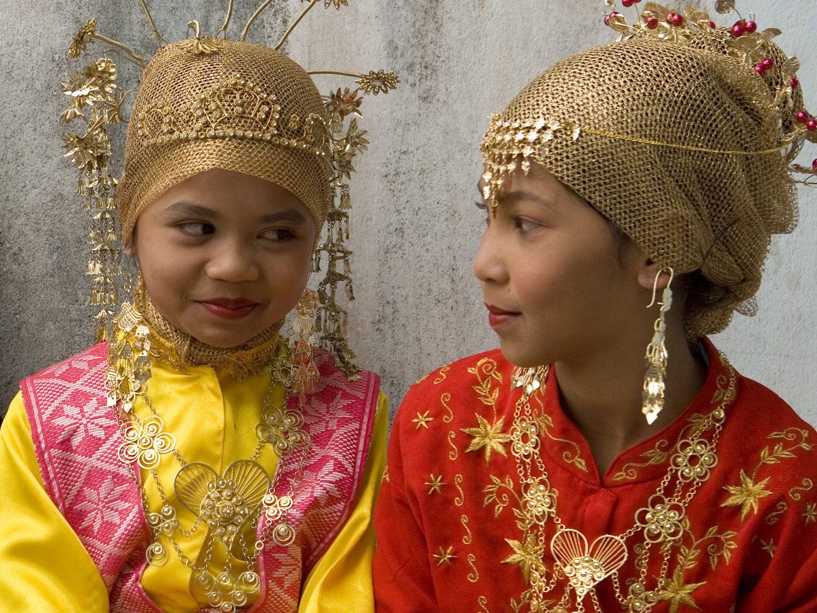 Deux fillettes en tenue traditionnelle village d 39 enfants sos de meulaboh indon sie cr dit - Femme cherche homme pour coucher ...