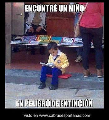Niño en peligro de extinción leyendo