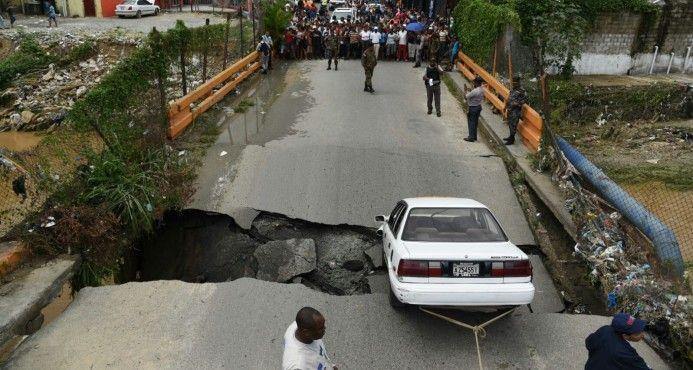 Se desploma puente en Los Guaricanos; hay un herido