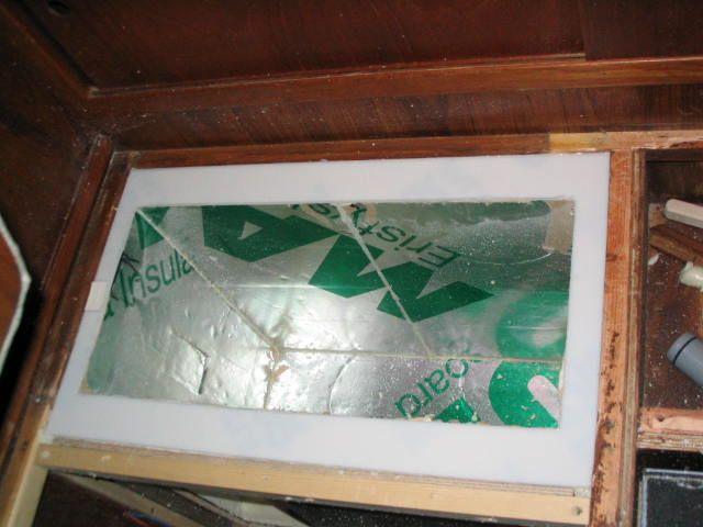 Jääkaapin 50 mm eristelevyt paikoillaan ja saumat täytetty vielä polyuretaanivaahdolla levyjen asennusvaiheessa. Yläreunassa näkyy myös valk...