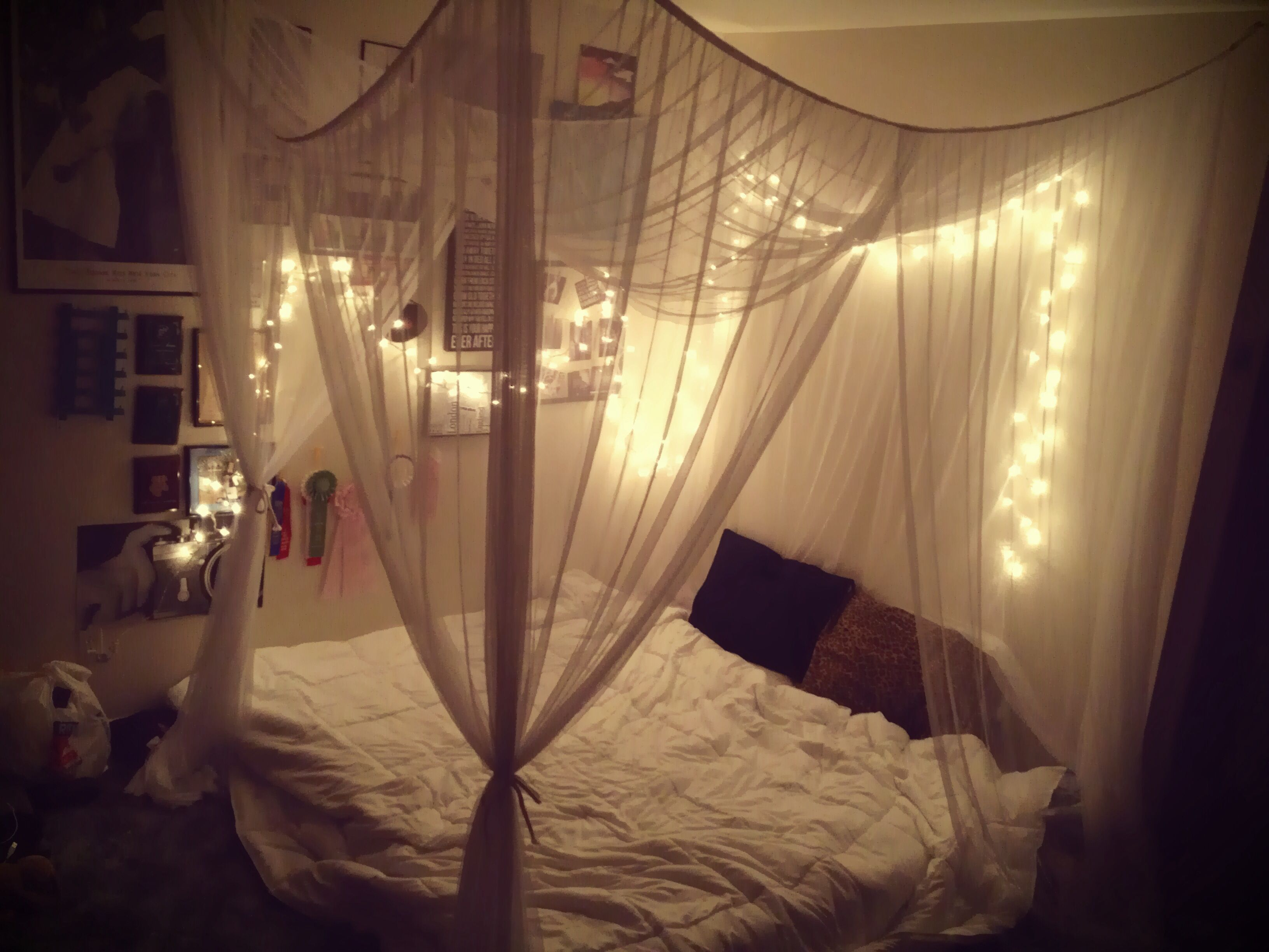 Bedroom with lighted canopy tumblr bedroom canopy twinkle for Bed decoration with net