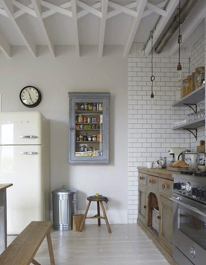 Nos encantan las cocinas retro con azulejos blancos - vilmupa