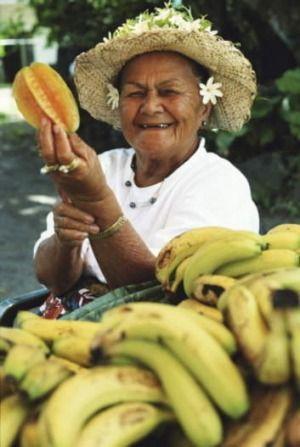 Una mujer de venta de productos en un mercado en Rarotonga, Islas Cook.