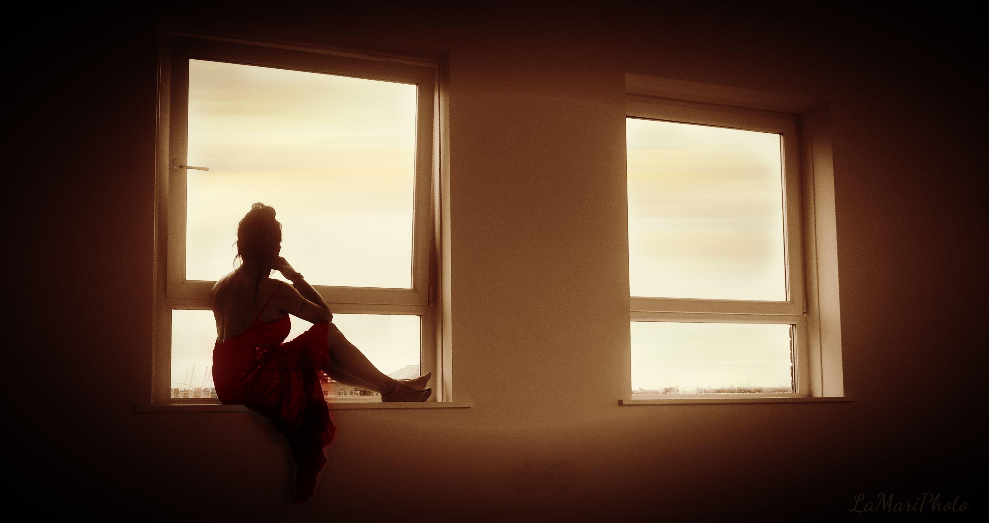 Mezzo vestita \ di una seta leggera \ dal colore rosso pallido... \ non pensare male: di' loro \ che si sta godendo la luna... -Un tanka di Akiko Yosano-
