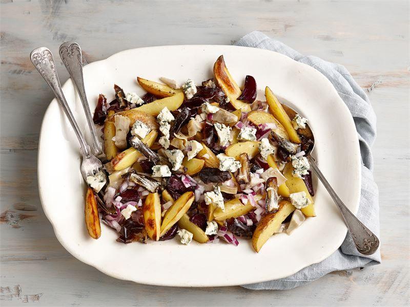 Lämmin punajuuri-perunasalaatti on oiva lisäke erilaisille liharuoille ja makkaralle. Marinoitu sipuli, artisokat, taatelit ja sinihomejuusto AURA antavat makua ja tekevät ruoasta hieman Välimeren henkisen.