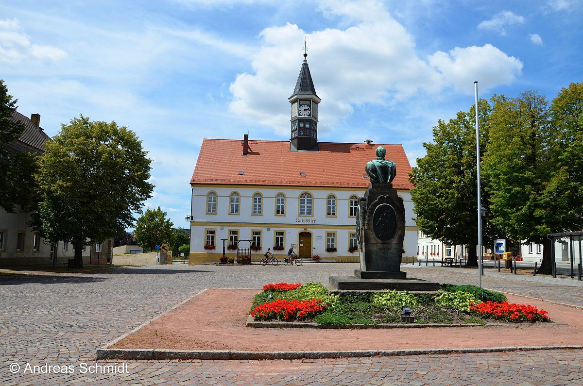 Station 4 – Schildau:Martkplatz mit Gneisenau-Denkmal - Schildau, Geburtsort August von Gneisenaus (hier sein Denkmal auf dem Marktplatz) war für Luther der erste sichere Ort in Sachsen, nachdem 1521 wurde die Reichsacht über ihn verhängt worden war.