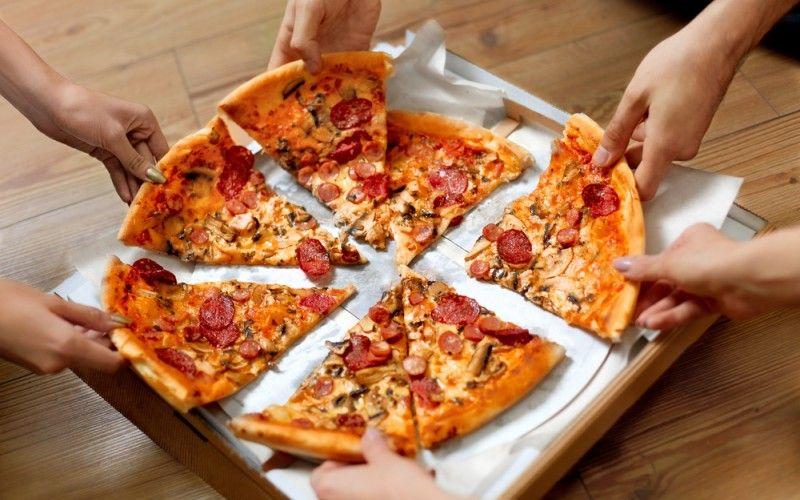 بيتزا بعجينة العشر دقائق وصفة سهلة ورائعة يمكنك عمل مايحلو لك بحشوات متنوعة ومناسبة أعديها لأصدقائك الليلة وأب Most Popular Pizza Toppings Food Gourmet Pizza