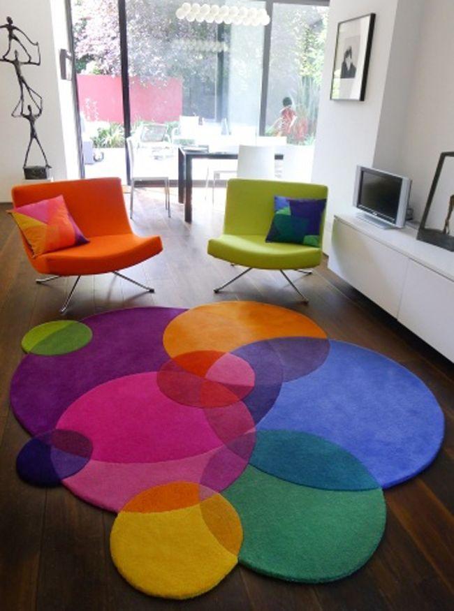 O tapete Bubbles Rug do Sonya Winner Studio tem cores divertidas e formas inovadoras. Uma opção para divertir a decoração do ambiente.