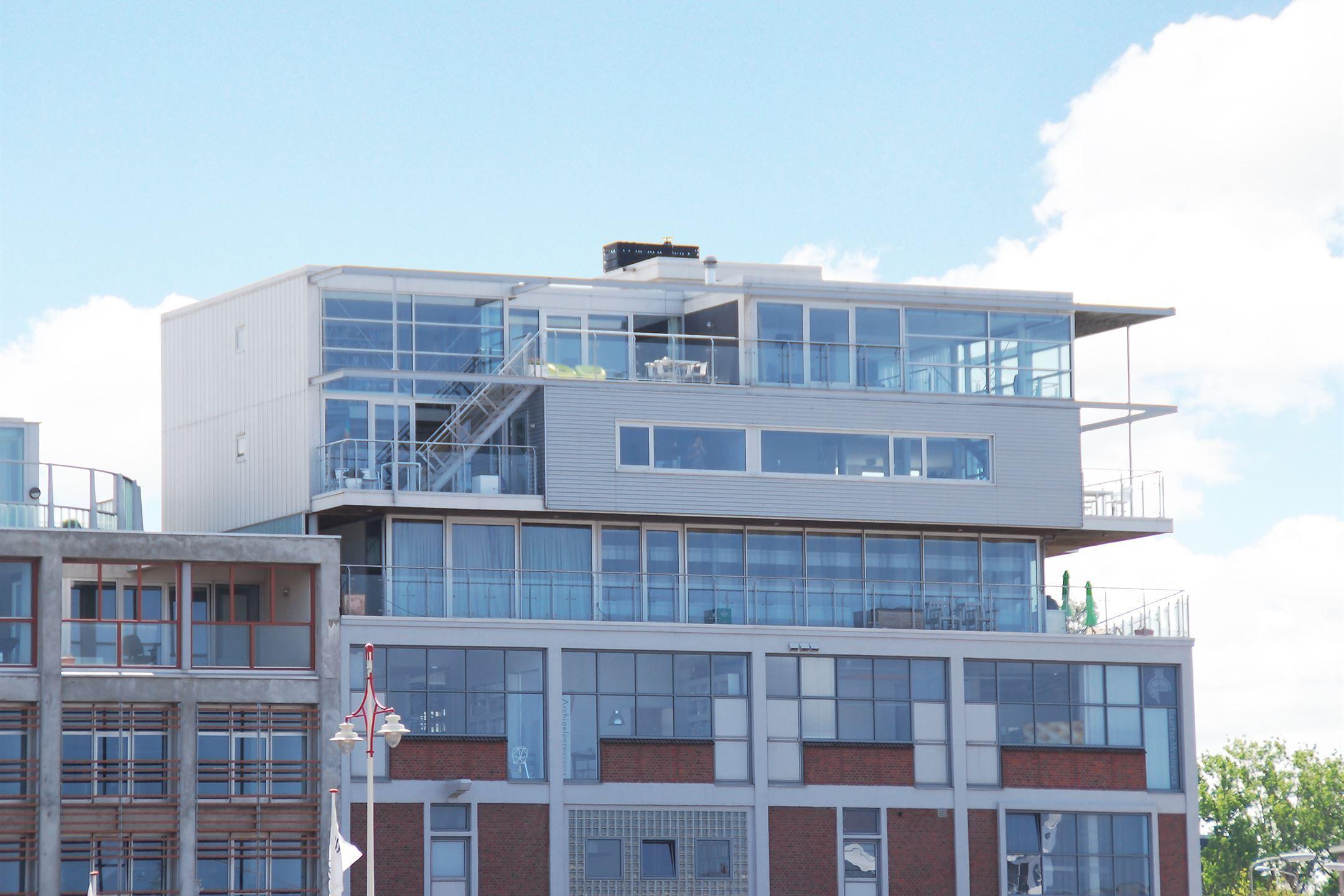 """Een penthouse uit de bladen: riant, trendy, met spectaculair uitzicht over haven, zee en de skyline van Den Haag. Deze """"luchtgebonden dakvilla' staat bovenop het historische gebouw Nautilus - een markant ijkpunt in de Tweede Haven van Scheveningen -"""