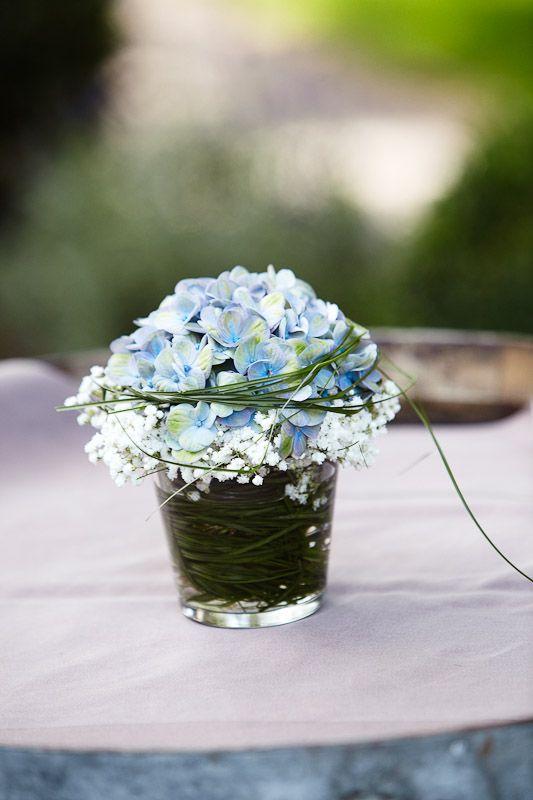 Das Blumenbouquet Schmückt Sehr Schön Einen Stehtisch Bei