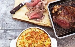 Stegt lammekølle med kartoffelgratin Den gode gamle version med både stegt lammekølle og flødekartofler... server med dampede bønner eller en lækker grøn salat.