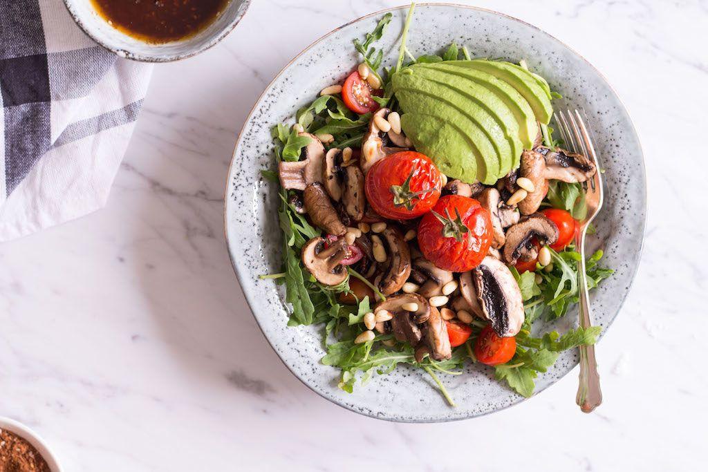 Tamari Champignon Salat mit Honig-Mole-Dressing