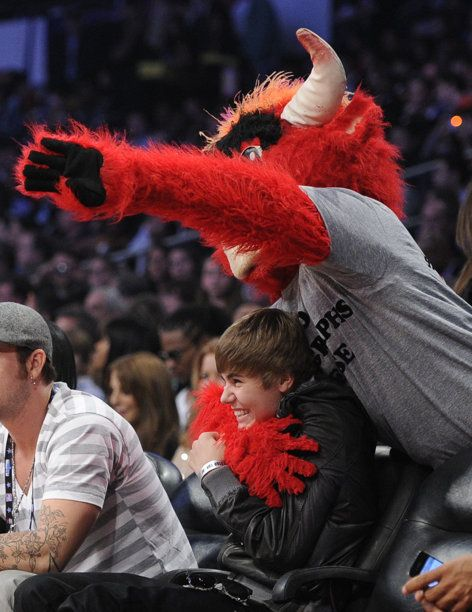 The Chicago Bulls Mascot Jokes Around With Justin Bieber During