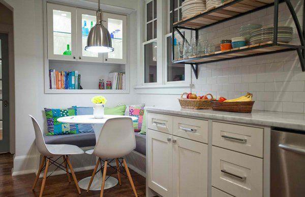 Schicke Kleine Küche Weiß Mit Eleganter Sitzecke Küche Und Runder Esstisch  Weiß