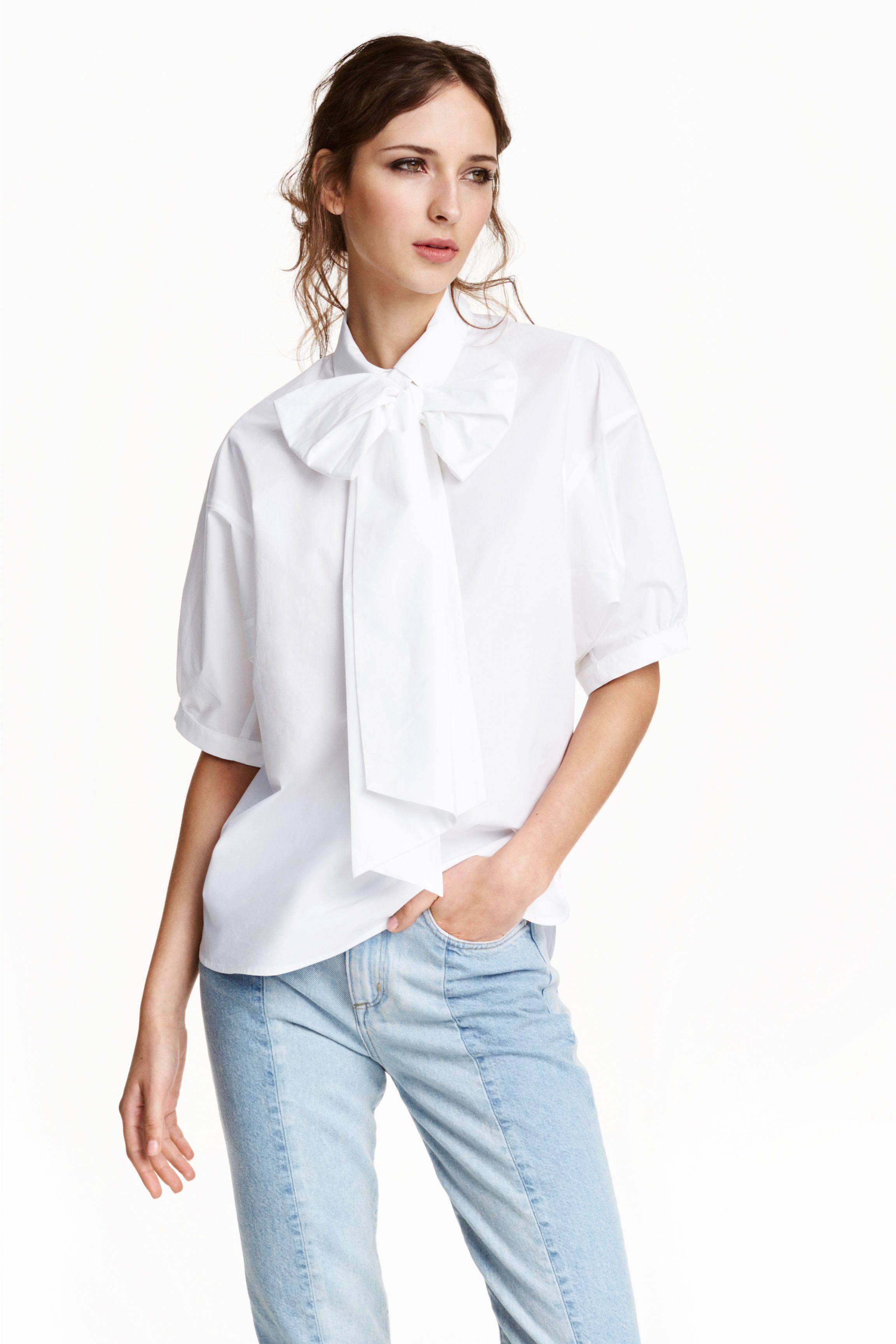 cde54dba7 Blusa com laço: Blusa larga em popelina de algodão com laçada grande e  removível no decote. Tem gola, botões ocultos na parte superior, mangas  curtas e ...