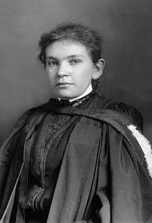 Maude Abbott (1869-1936) / Elle s'inscrit en 1890 à la faculté de médecine de l'Université Bishop's à Lennoxville où elle est la seule femme et obtient son diplôme en 1894. Puis, elle est la première femme admise à la Montreal Medico-Chirurgical Society. Elle est une spécialiste, de renommée internationale, des maladies cardiaques congénitales.