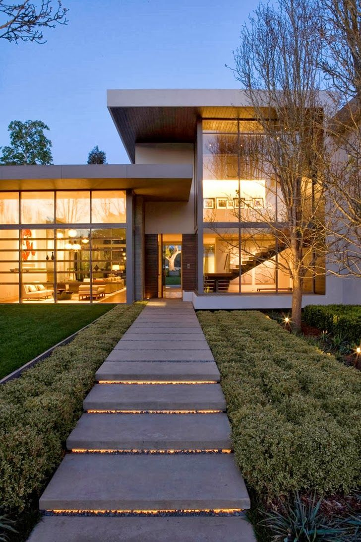 Front facade and entrance of beautiful house by belzberg architects