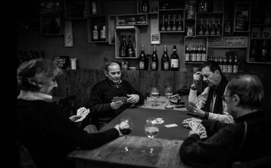 Giulio Magnifico e le osterie di Udine sulle pagine dell'Independent  Il quotidiano inglese ha dedicato uno speciale alle opere del fotografo udinese. In passato ha anche realizzato due reportage sui migranti per Der Spiegel