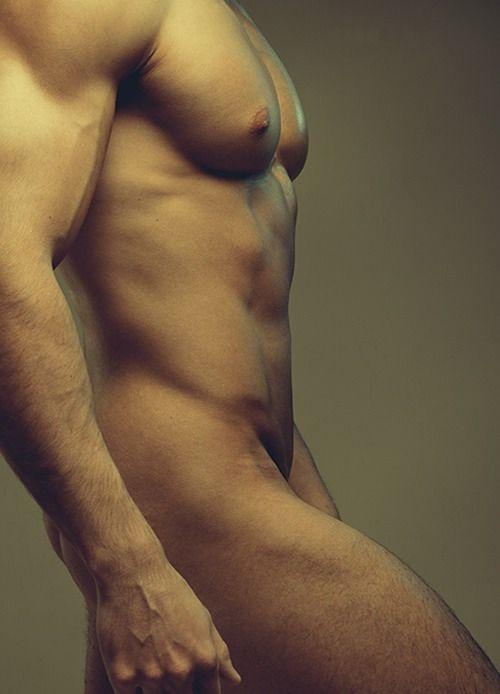 Photo artistique d'un homme nu imberbe de profil